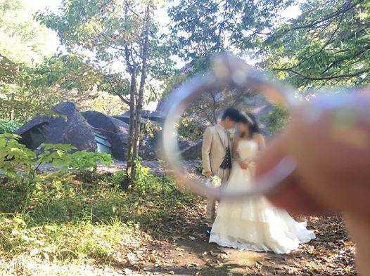 画像に含まれている可能性があるもの:1人以上、結婚式、木、屋外