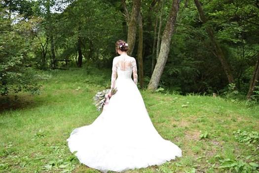 画像に含まれている可能性があるもの:1人以上、結婚式、木、屋外、自然