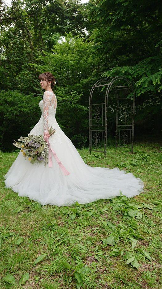 画像に含まれている可能性があるもの:1人、結婚式、木、屋外、自然