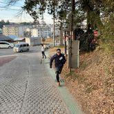 画像に含まれている可能性があるもの:1人、歩き、木、靴、屋外