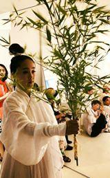 画像に含まれている可能性があるもの:3人、立ってる(複数の人)、植物、木