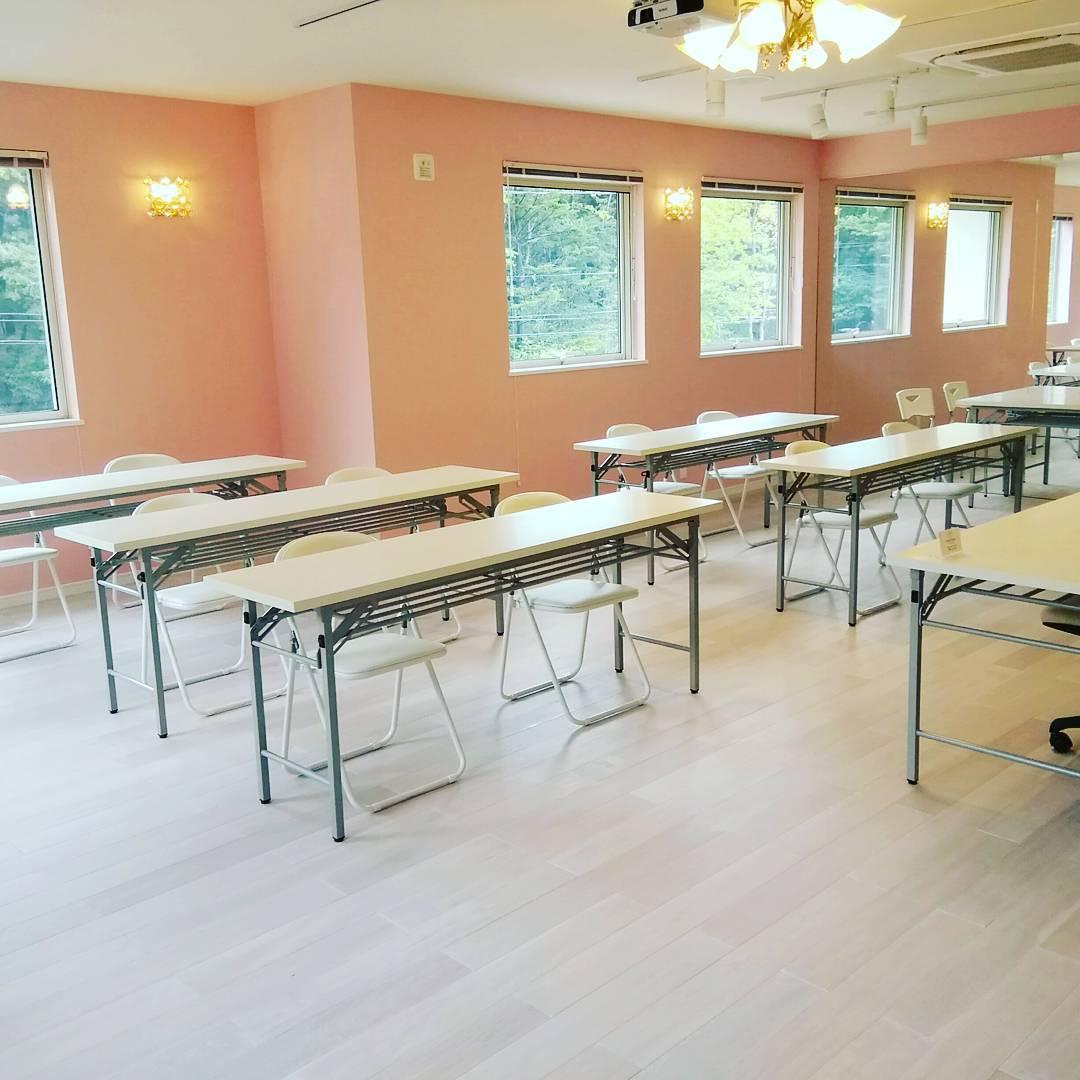 軽井沢で、セミナー開催。 #スペースフローリア #軽井沢 #レンタルセミナールーム #レンタルセッションルーム #ピンク色のお部屋 #自然の中