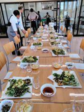 画像に含まれている可能性があるもの:座ってる(複数の人)、テーブル、食べ物、室内