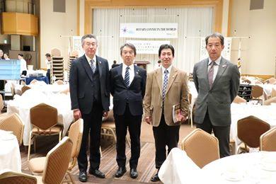 画像に含まれている可能性があるもの:4人、立ってる(複数の人)、スーツ、室内