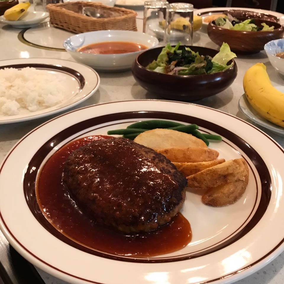 軽井沢のペンション夕食ハンバーグ